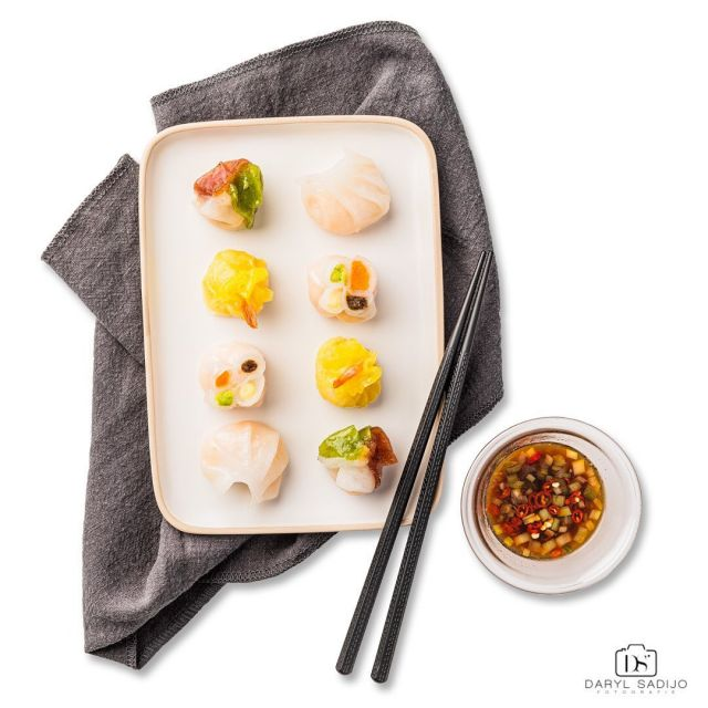 The second food photo I took for my client. Do you also love Dimsum? •⁠⠀⁠⠀ •⁠⠀⁠⠀ •⁠⠀⁠⠀ ©️ 2018-2020 Daryl Sadijo Fotografie All rights reserved⁠⠀⁠⠀ •⁠⠀⁠⠀ •⁠⠀⁠⠀ •⁠⠀ #foodporn #foodphotography #foodphotographer #food #dimsum #chinese #foodie #foodstagram #culinair #culinary #yummy #delicious #dailyfoodfeed #nomnom #lovefood #foodstyling #foodblog #foodislife #foodblogger #cooking #chef #foodphoto #foodpics #foodart #darylsadijofotografie #fotografie #photography #plate #napkin #chopsticks